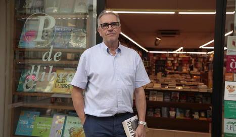 Miquel Bernal, ahir a la llibreria Punt de Llibre a l'anunciar el tancament després de 34 anys d'activitat.