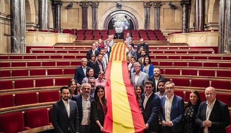 Albert Rivera al costat de la seua formació a Catalunya al Parlament.