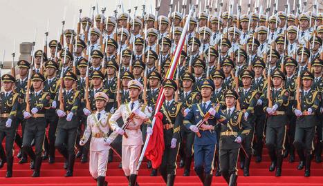 Membres de l'Exèrcit Popular d'Alliberament de la Xina marxen en formació durant la desfilada.