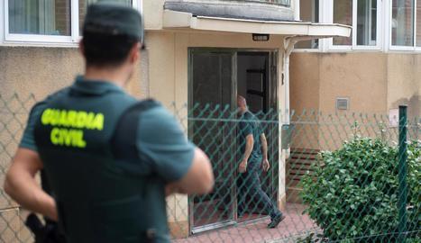 La Guàrdia Civil inspecciona l'habitatge de la detinguda.