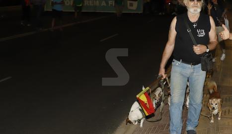 Va cridar l'atenció que es va afegir a la marxa un senyor amb diversos gossos i enarborant una bandera espanyola