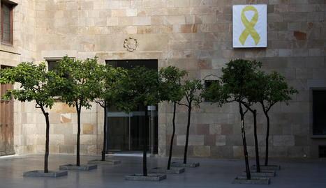 Un llaç groc penjat al Pati dels Tarongers del Palau de la Generalitat.