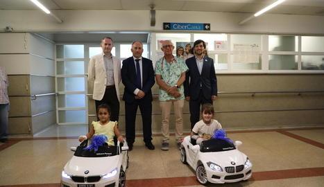 Un moment de la presentació dels primers dos cotxes teledirigits, ahir a l'àrea de Pediatria de l'Arnau de Vilanova de Lleida.