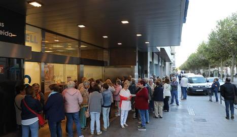 Desenes de jubilats esperen a la porta de l'OMAC per apuntar-se a classes d'aiguagim, ahir.