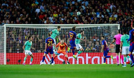 Griezmann remata de cap en una de les primeres ocasions que va tenir el Barça.