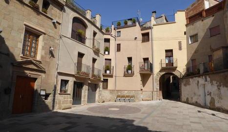 La plaça del Vall de Torà, on s'ubica l'ajuntament.
