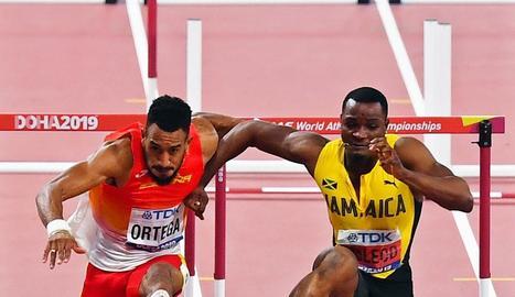 El jamaicà McLeod, en el moment d'obstruir Ortega.