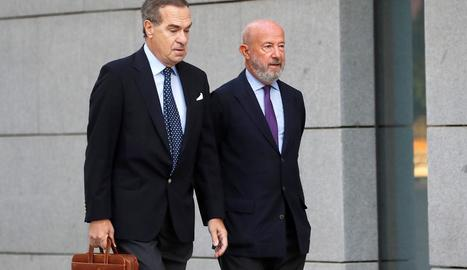 L'expresident del Banc Popular Emilio Saracho (dreta), a l'arribar arribada ahir a l'Audiència Nacional.