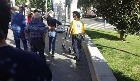 El jove accidentat ahir a la plaça Ricard Viñes.