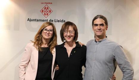 Els edils Anna Campos, Montse Pifarré i Sergi Talamonte, abans de presentar les ordenances.