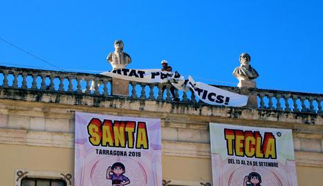 Un operari va retirar ahir la pancarta pels presos de l'ajuntament de Tarragona per ordre de la JEC.