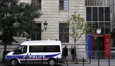 Alguns agents i un furgó policial davant la prefectura de París on es va cometre l'atac.