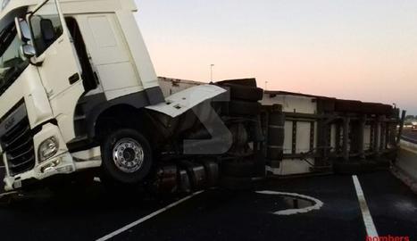 El camió accidentat a Montmaneu.