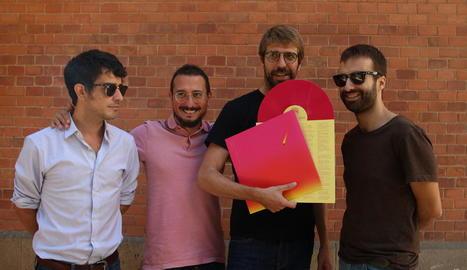 El quartet Manel, ahir mostrant el vinil de 'Per la bona gent'.