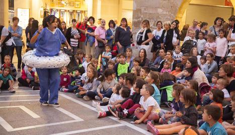 Imatge del contacontes en anglès que va oferir Kids & Us durant la sisena Nit Boja de Tàrrega.