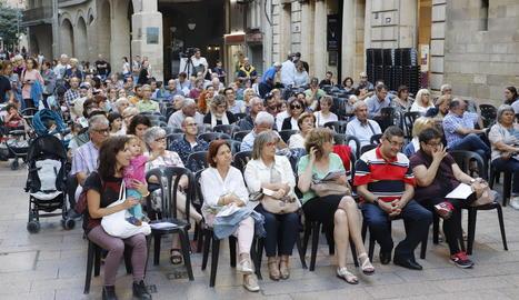 La plaça Paeria va congregar ahir un nombrós públic al concert del conjunt O Val das Mouras.