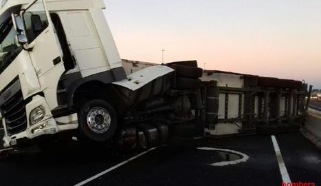 El remolc del camió va bolcar, va perdre la càrrega i va vessar gasoil.