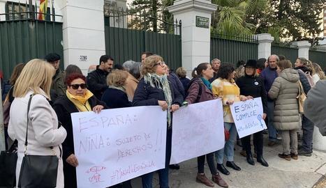 Protesta de suport a la mare dijous passat davant de l'ambaixada espanyola a l'Uruguai.