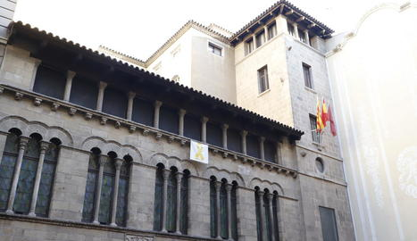 El llaç groc penjat a la façana de la Paeria.