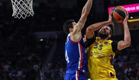 Nikola Mirotic intenta anotar davant d'un rival.