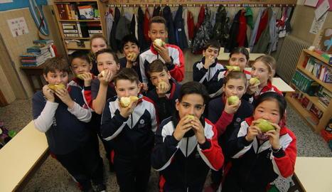 Imatge d'arxiu d'alumnes del col·legi Sagrada Família menjant fruita.
