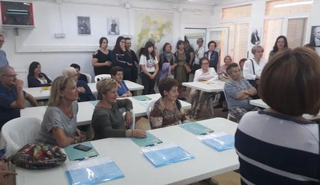 Els veïns que ahir van assistir a la inauguració de l'aula de música de la Pobla de Cérvoles.