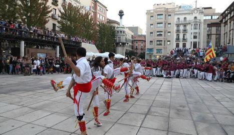 Una de les actuacions de grups de cultura popular, ahir al Correllengua a la plaça Sant Joan.
