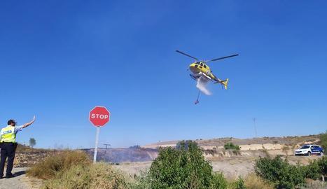 Moment en què l'helicòpter efectuava una de les descàrregues.