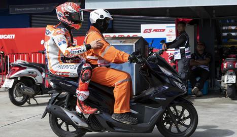 Marc és conduït per un operari del circuit després de caure.