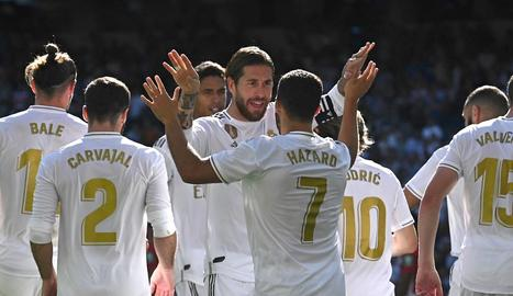 Sergio Ramos felicita Hazard pel seu primer gol amb el Madrid.