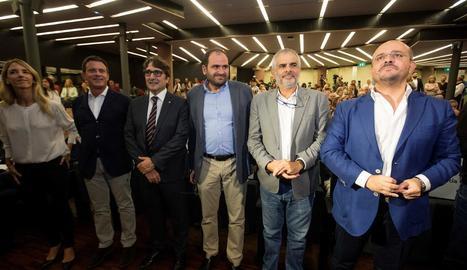 Imatge de grup del centenar de persones de Lleidatans amb Puigdemont captada a Brussel·les.