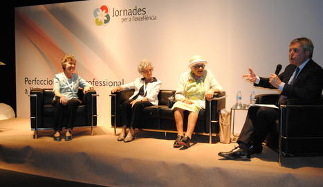 Maria Barbal, Lourdes Benería i Pilarín Bayés a la taula sobre dones en avantguarda, moderada pel periodista Josep Puigbó.
