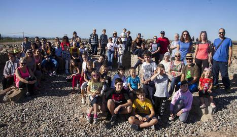 Foto de família dels veïns que van visitar el Molí de l'Espígol de Tornabous.
