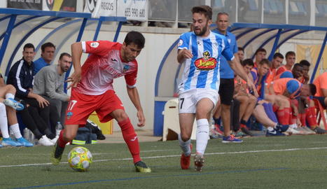 César Soriano i Alpha intenten rematar la pilota envoltats de rivals.