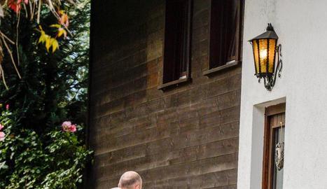 La Policia científica fa fotos de la porta de la casa.