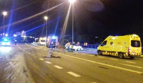 El turisme en què viatjava el jove que va perdre la vida a Balaguer va quedar bloquejat enmig de la via.