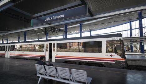 Un dels trens de rodalies de Renfe a l'estació de Lleida.