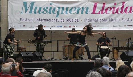 Espectacle de percussió i dansa africanes 'malinke', ahir a la plaça Paeria amb el grup Na Nara.