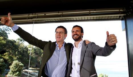 Casado amb Feijóo ahir en un acte amb militants a Oleiros.