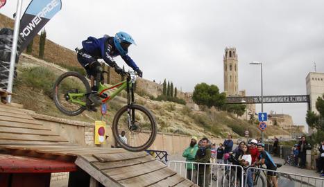 Un dels participants de la Down Town Lleida supera un obstacle.