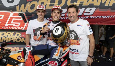 Àlex posa amb el seu pare, Julià, i el seu germà Marc després que aquest aconseguís el títol mundial.