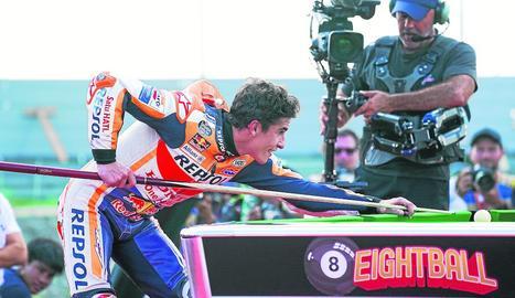 Marc Màrquez va celebrar el títol sobre el podi de Buriram al costat de tot el seu equip.