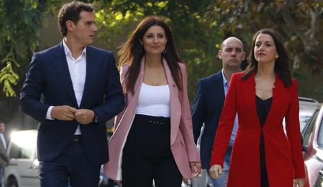 El president de Cs, Albert Rivera; la portaveu del partit, Lorena Roldán, i la portaveu al Congrés, Inés Arrimadas, arribant ala Parlament aquest dilluns.