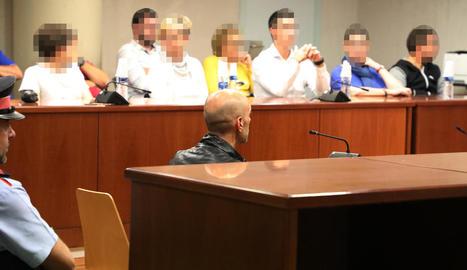 Jordi Lanuza, ahir al banc dels acusats davant d'un jurat popular format per cinc dones i quatre homes.