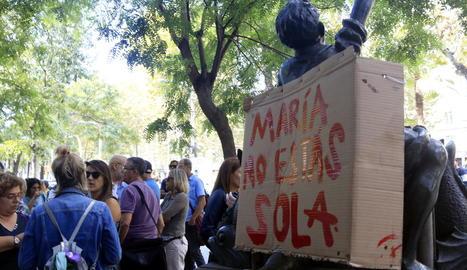 """""""María, no estàs sola"""", suport a la mare a Barcelona - Mig centenar de persones, la majoria ciutadans uruguaians residents a Catalunya, es van concentrar ahir a les portes del consolat de l'Uruguai a Barcelona per donar suport a la mare de  ..."""