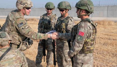 Militars nord-americans s'acomiaden a Síria dels seus homòlegs turcs.