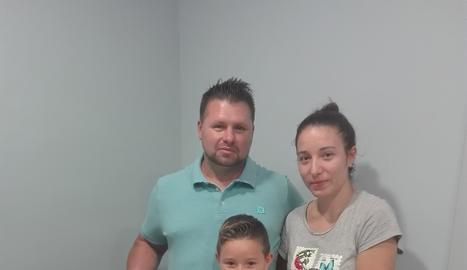 El guanyador del lot de productes típics que Segre va sortejar en motiu de la Fira de Sant Miquel: Marius Mindroc acompanyat de la seva família.