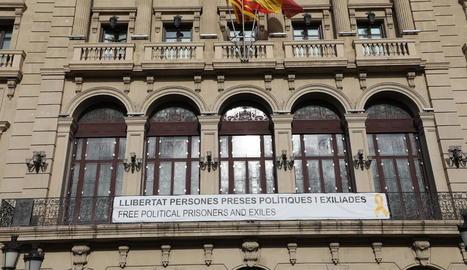 La pancarta de la façana de la Paeria.