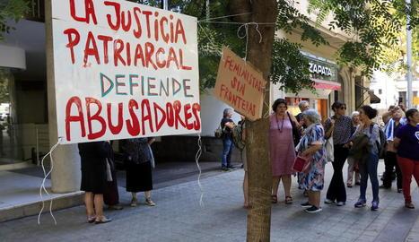 Concentració al consolat de l'Uruguai dilluns.
