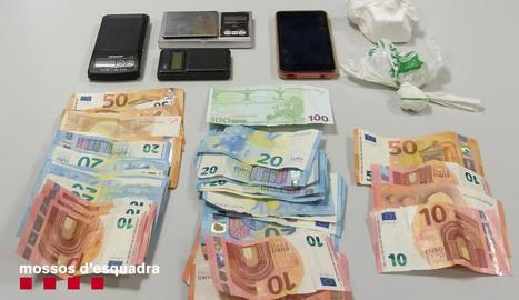 Els Mossos d'Esquadra van localitzar al pis del detingut 145,2 grams de cocaïna, estris per manipular-la, 955 euros i dos telèfons mòbils.